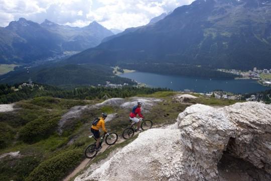 Biker auf Single-Trail im Gebiet Alp Nova