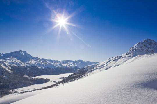 Schneebedeckte Berge im Oberengadin